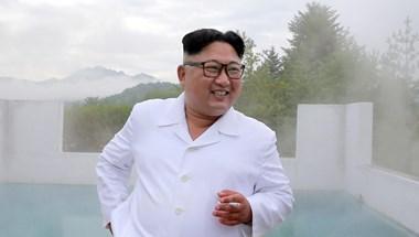 Folytatja megtekintéseit Kim Dzsong Un, most egy turistaparadicsomban járt - fotók