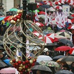 Lengyelországban is az esernyő lett a tanártüntetések szimbóluma