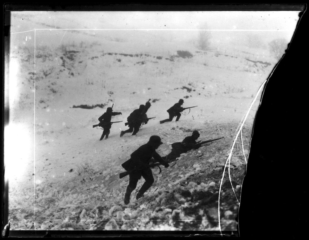 Lövészek támadásra készen, 1916 k./1998 - Magyar sorsok és életművek - Nagyítás-fotógaléria, kiállítás