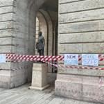 Egy órán belül leszedették az ELTE ÁJK épületéről a színművészetiseket támogató szalagokat