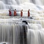 A nap képe: szerzetesek a vízesésben