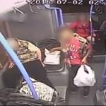 Videó egy buszon alvó ember kifosztásáról