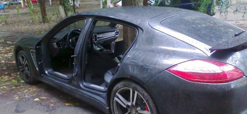 Szétlopták a parkolóban álló Porsche Panamerát - fotók