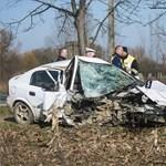 Fotó: szinte megsemmisült az apagyi balesetben részt vevő autó