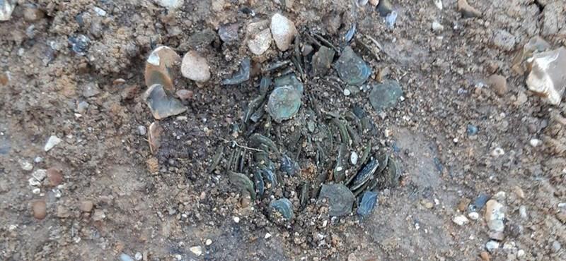 Gracias a una tormenta, se encontraron cientos de monedas de 2.000 años en Londres