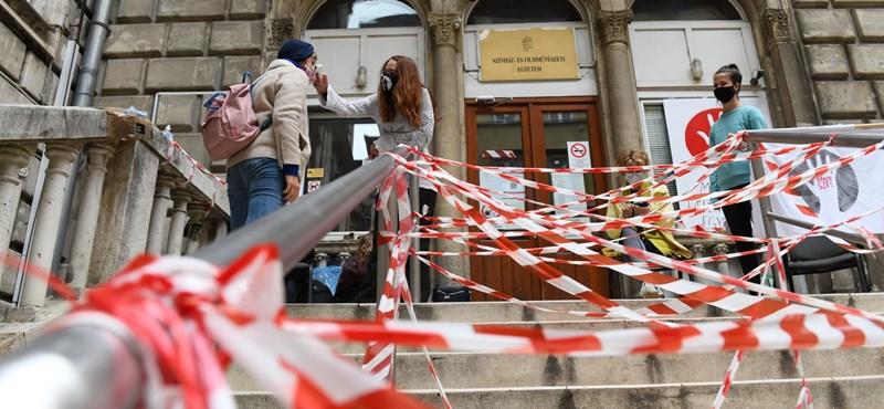 A sztrájkoló színművészetis oktatók két követelését teljesítené az új vezetés