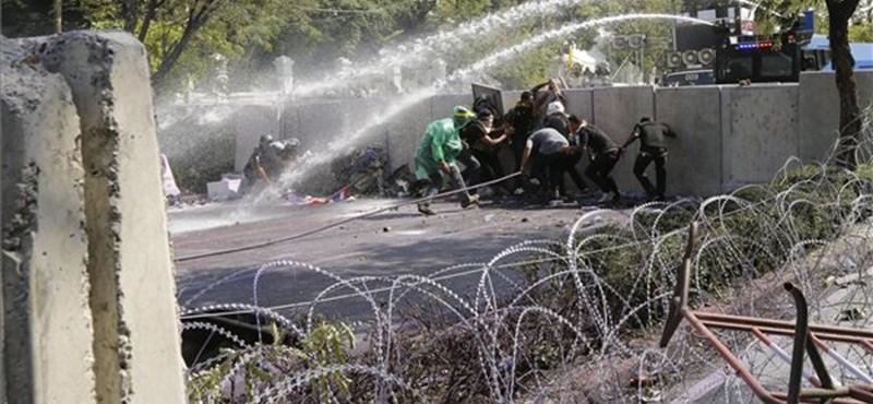Behatoltak a thaiföldi kormánypalotába a tüntetők