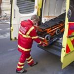 Mentőautóban támadt a rendőrre a részeg páciens