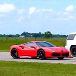 Simán lelépi a Cadillac Escalade a Ferrari 488-at – videó