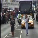 Rátámadtak az olimpiai lángvivőre - videó