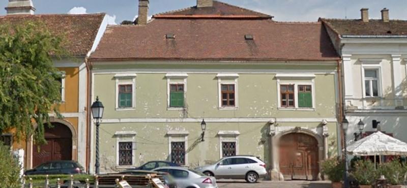 Két épület van veszélyben Vác főterén, mert hiába várják az elnyert felújítási támogatást
