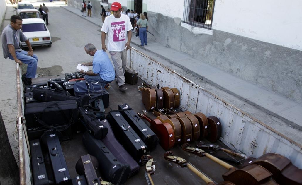 a zene világnapja nagyítás - Havanna, Kuba - javításra váró hangszerek egy teherautó platóján