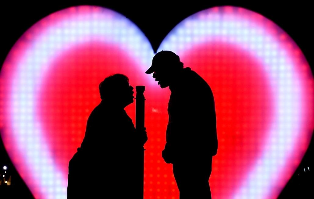 epa.16.05.26. - Sydney, Ausztrália: Pár a ''Szeretlek'' elnevezésű installáció előtt az évenkénti Vivid kulturális fesztiválon Sydneybe. - 7képei, szerelem, szeretet, párkapcsolat