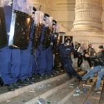 Kárpótlást fizettetne a 2006-ban megsérült rendőröknek az MSZP
