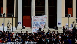 Tüntetnek a görög diákok - nem szeretnének egyetemi rendőrséget