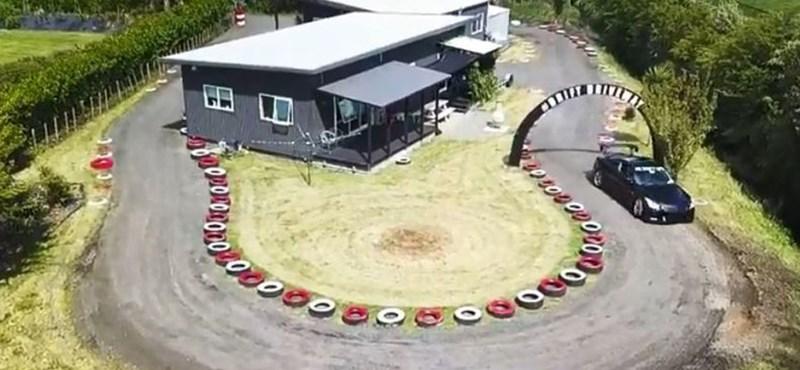 Autóőrült apuka mini driftpályát épített a családi házuk köré