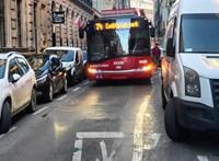 Parkolóhelyeket szüntetnek meg a Nefelejcs utcában, ahol évente 466-szor akad el a troli