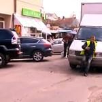 Parkolóőr kontra kisteherautó: nincs irgalom egyik oldalon sem