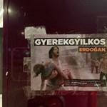 Gyerekgyilkos Erdogan – így várta a török elnököt a Momentum Budapesten