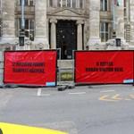 """""""A tettes Orbán Viktor veje"""" – óriásplakátokon üzennek Polt Péternek"""