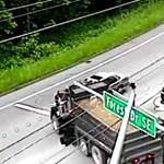 Rosszkor ért rossz helyre ez a személyautó – videó