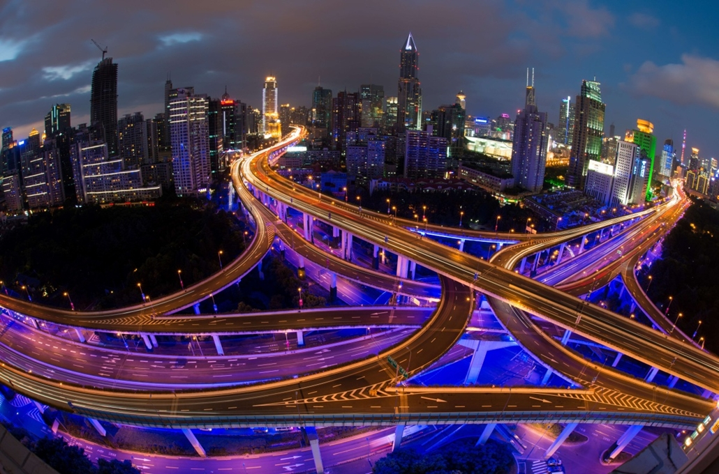 afp. hét képe - Shanghai, Kína, hosszú expozíció, járművek 2014.09.30. This long exposure picture shows vehicles on roads during rush hour on the eve of the National Day holidays in Shanghai on September 30, 2014. According to local media, police checkpoi
