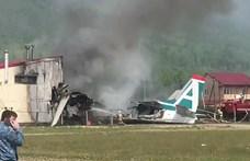 Szinte semmi nem maradt a repülőből, amelyik hajtóműhiba miatt egy épületbe csapódott Oroszországban