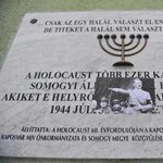 Fotó: Hitler-képet ragasztottak a kaposvári holokauszt-emléktáblára