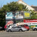 Fotó: Kicsit erős üzenetet küldött a budapesti plakáthekker