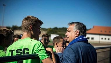 Orbán egy szerb-magyar focipárbajt nézett meg Felcsúton