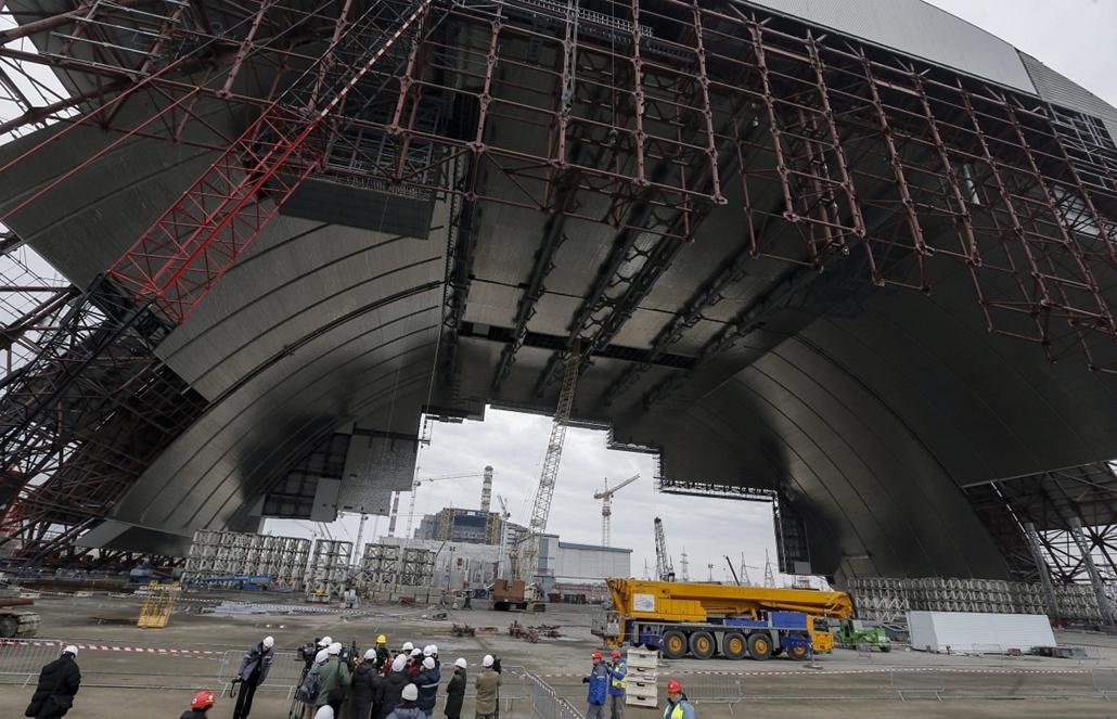 epa.15.02.25. - Csernobil, Ukrajna: új, az eddiginél biztonságosabb védőburkot szerelnek össze a csernobili atomerőműben - 7képei