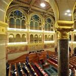 Összeér a szerda és a csütörtök a parlamentben, csúsznak az oktatási viták