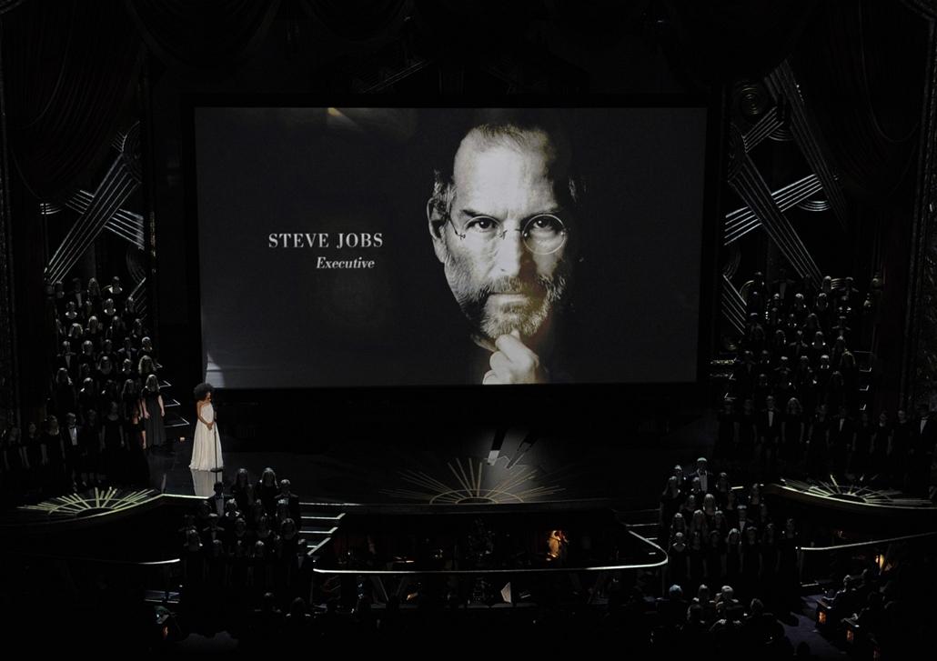 Los Angelesben sem mentek el szó nélkül Steve Jobs halála mellett: a 84. Oscar gálán is emlékeztek az Apple atyjára. - Steve Jobs évforduló -nagyítás