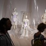 Foszlásnak indult a magyar divatpápa életműve – ki fogja a ruháit megmenteni?