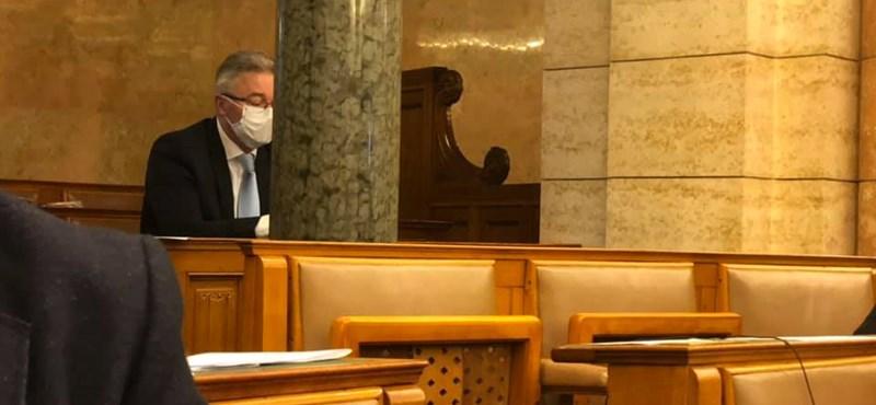 A házi karantént elhagyó fideszes képviselő szerint erkölcsi kötelessége volt, hogy ott legyen hétfőn a parlamentben
