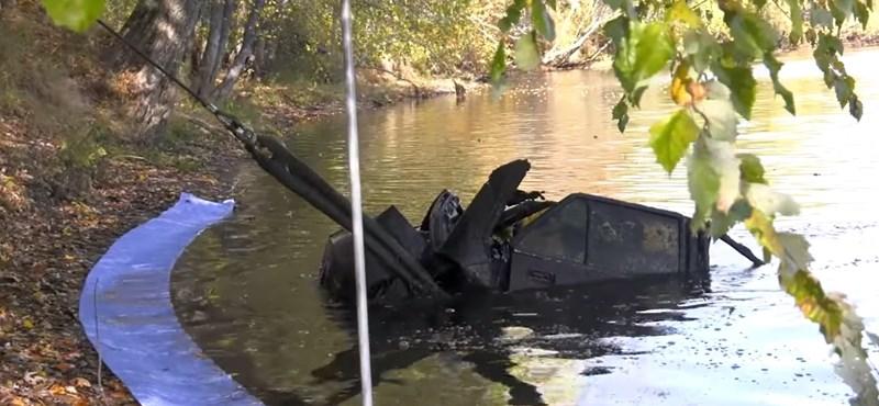 Így néz ki egy autó, amit 28 év után húznak ki egy folyóból – videó