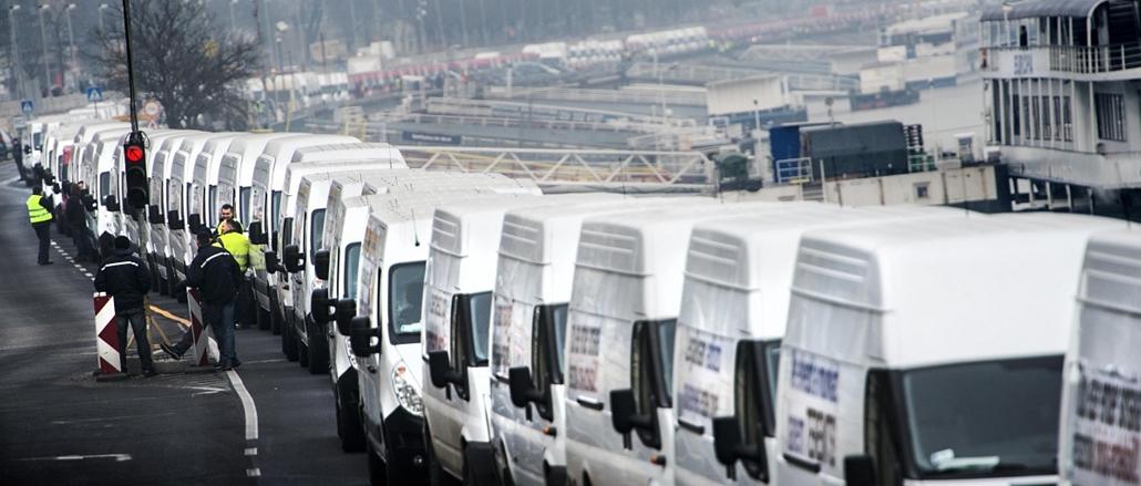 faz.14.12.15. - Útlezárások Budapesten - 2014.12.15. - Félpályás útlezárás a Liga Szakszervezetek forgalomlassító demonstrációján a budai rakparton 2014. december 15-én. A Liga demonstrációin a tervek szerint az ország 62 pontján legalább 1600 gépkocsi la
