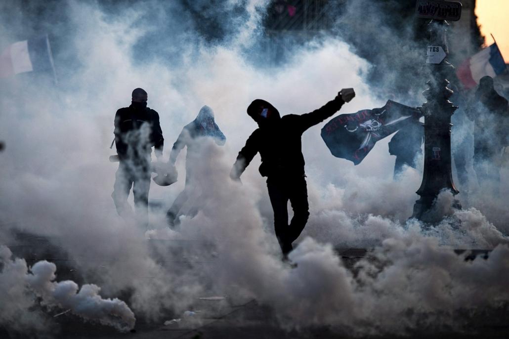 Melegházasság elleni tüntetés Franciaországban - Párizs, 2013. május 27. A melegházasság ellenzői kövekkel dobálják a rendőröket egy párizsi tüntetésen 2013. május 26-án. A francia törvényhozás az előző hónapban véglegesen elfogadta a melegházasság engedé