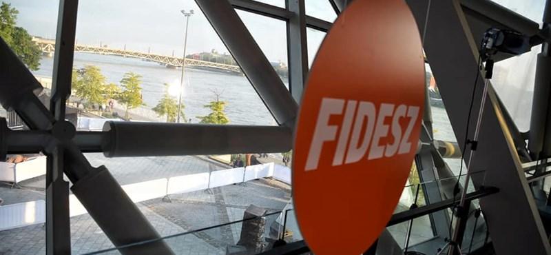 Hová tűntek a Fidesz-logók a jelöltjeik kampányából?