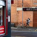 Kivágták egy ház falából Banksy festményét