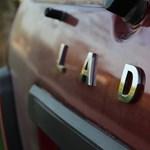A nap fotója: mit keres egy síelő egy kereklámpás Lada tetején?