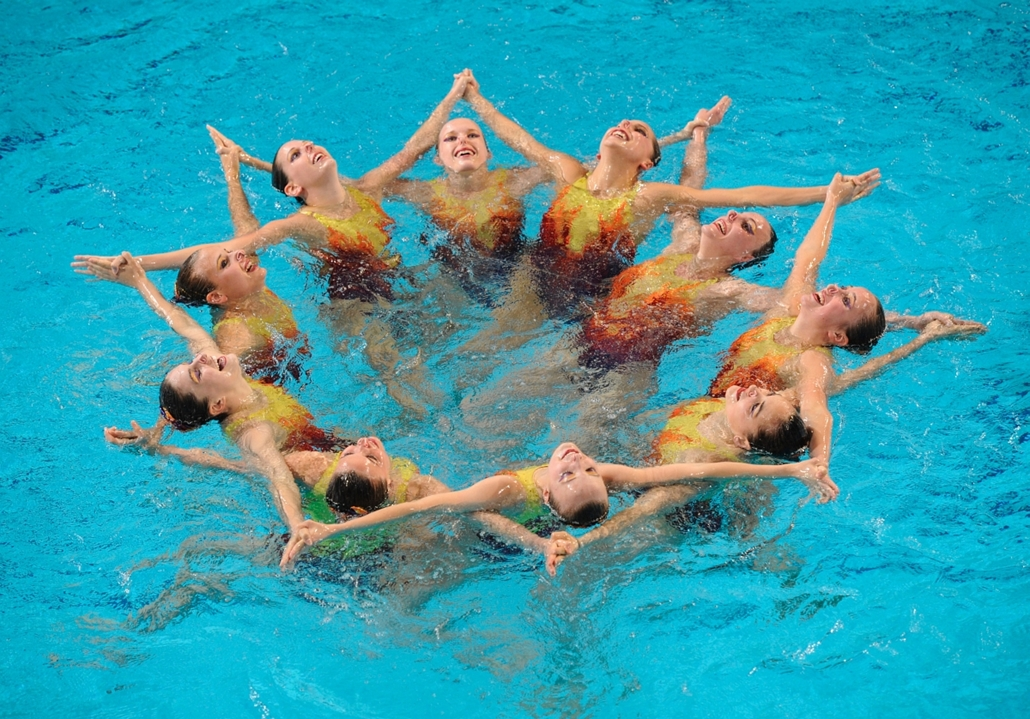 2012. május 27. - Eindhoven, Hollandia: a svájci szinkronúszó-csapat bemutatója a 2012-es úszó-Európa-bajnokságon. - évsportképei