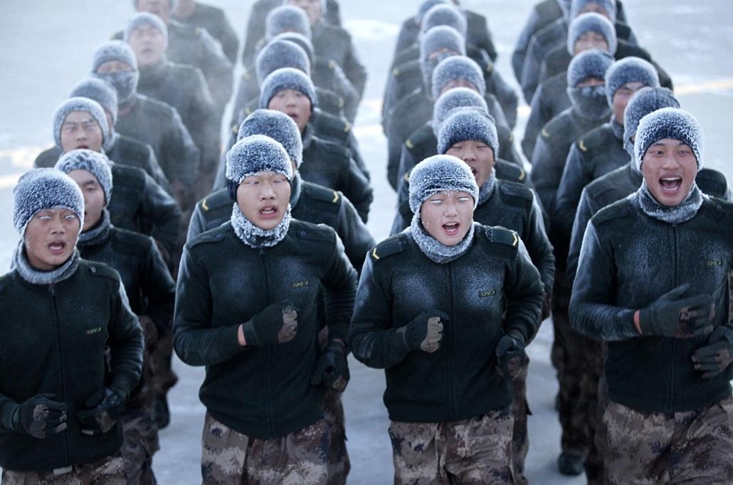 afp. hét képei - Heihe, Kína 2014.12.16. kínai Népi Felszabadító Hadsereg katonái vesznek részt egy edzésen