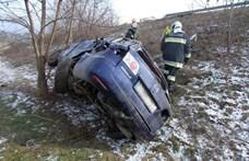 Lehajtott az M6-osról egy Mazda, fa állította meg