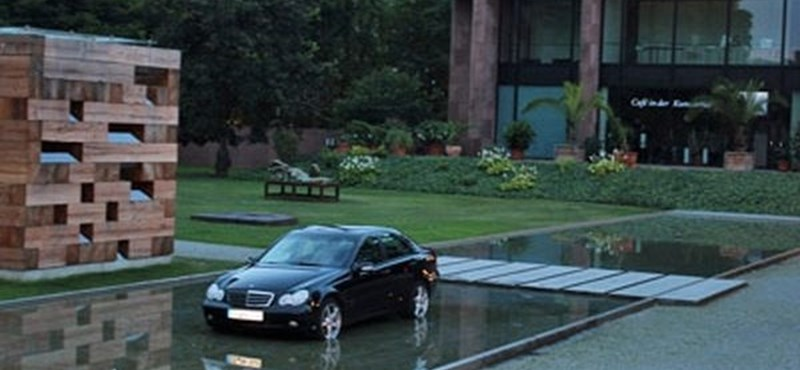Fotó: múzeumkerti tóban parkolta le a kocsit