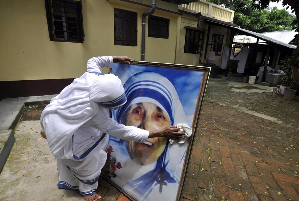 Agartala, India: apáca munkálkodik Teréz anya portréjának tisztításán születésének 103. évfordulóján.  - 7képei