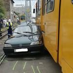 Ma is volt egy autós, aki megpróbálta leszorítani a villamost – nem jött össze