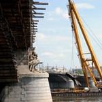 Látványos uszálykiemelés lesz a Margit hídnál