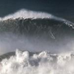 Videó: Világcsúcsot érő 25 méteres hullámot kapott el egy szörfös