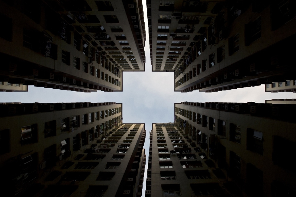 afp. kína, honkong - 2014.01.02. épület, felhőkarcoló - Apartment blocks form a symmetrical pattern in Hong Kong, on January 2, 2014. Home prices in the southern Chinese city have risen by 120 percent since 2008, and by more than 30 per cent from their pr